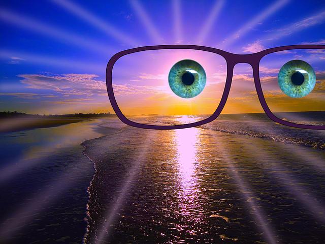 Brile und Blick über den Sonnenuntergang am Meer